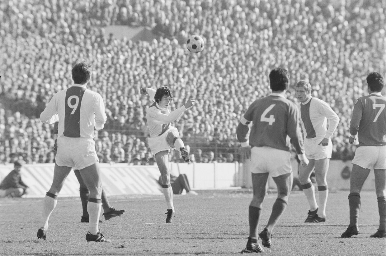 Wim Suurbier in actie tegen Benfica in 1969. Beeld Hollandse Hoogte / ANP