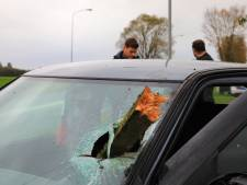 Stuk schuttinghout schiet door voorruit auto na ongeval Nijkerk; bestuurder aangehouden