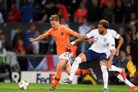 Kyle Walker in duel met Frenkie de Jong