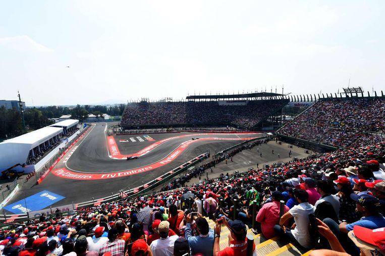 Het kenmerkende circuit Autodromo Hermanos Rodriguez leidt de coureurs door een oud-honkbalstadion. Beeld anp