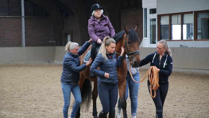 Droom Gerritje (102) komt uit: voor het eerst op een paard