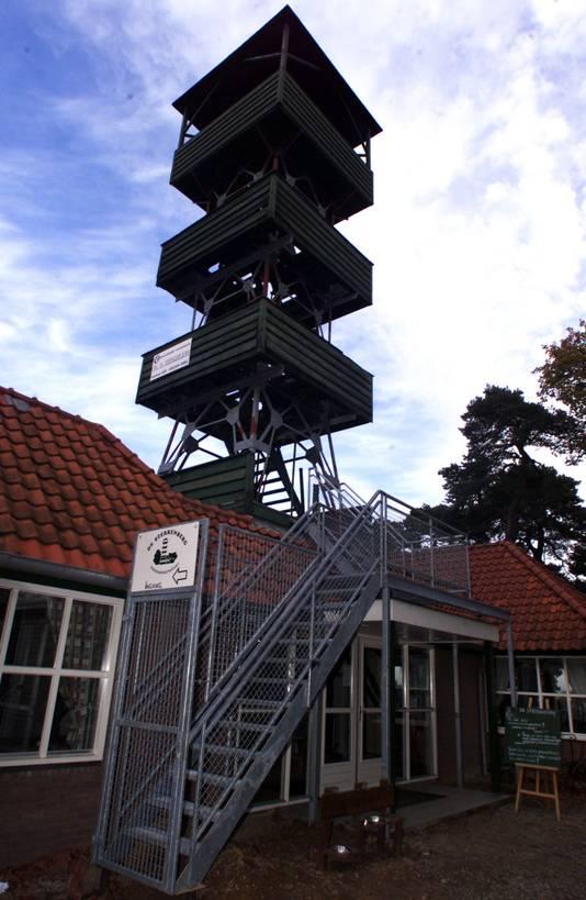 De uitkijktoren zoals die destijds bij pannenkoekenhuis De Sterrenberg stond.