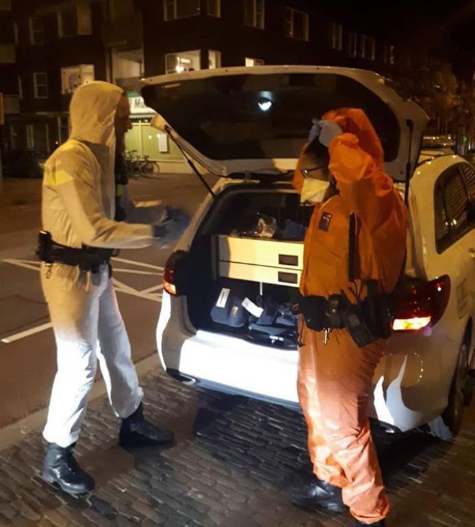 De politie van Utrecht traint het snel aantrekken van beschermende pakken.