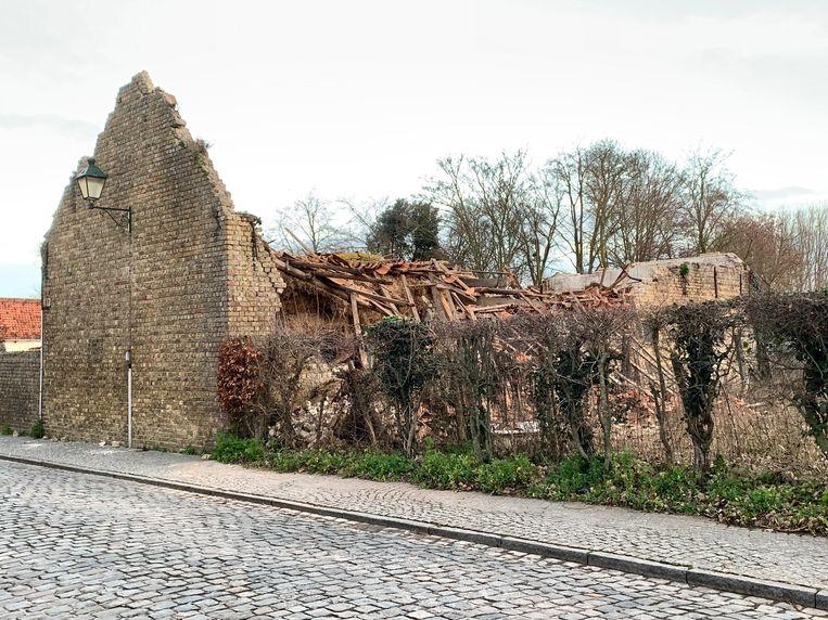 De ingestorte schuur langs de Kerkstraat.