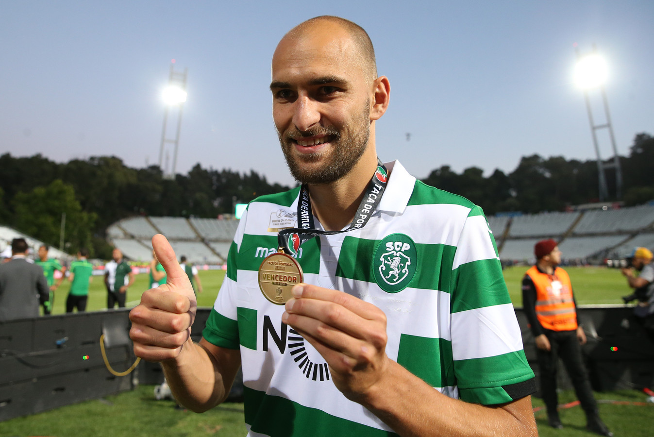 Bas Dost showt zijn medaille na de gewonnen bekerfinale tegen FC Porto.