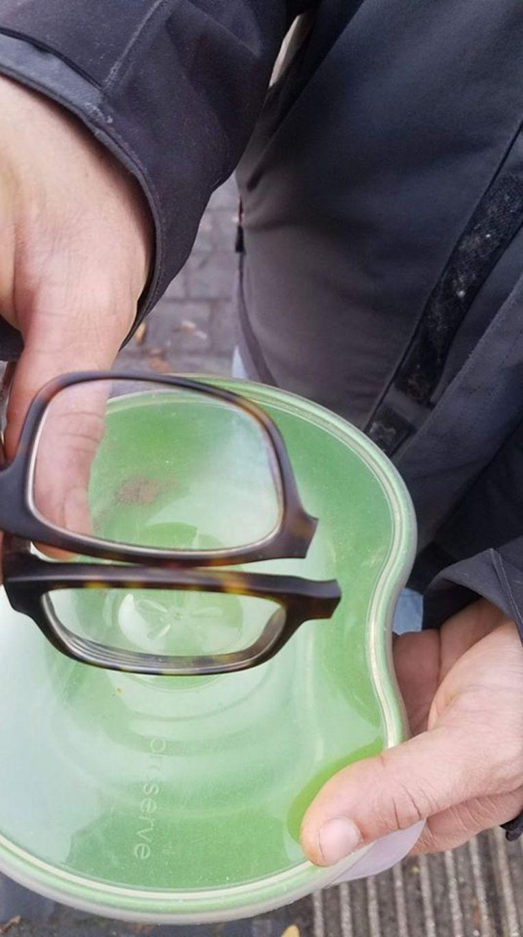 De bestuurder sloeg de bril van Laurent stuk.