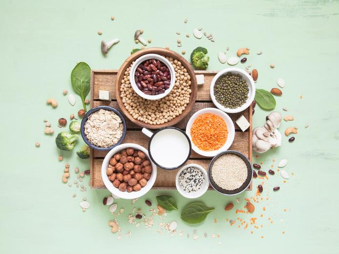 Les lentilles, les haricots rouges, les graines de chia, le quinoa contiennent de nombreuses protéines végétales.
