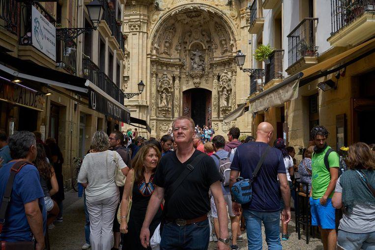 Drukte in het centrum van San Sebastian. Beeld Samuel Aranda