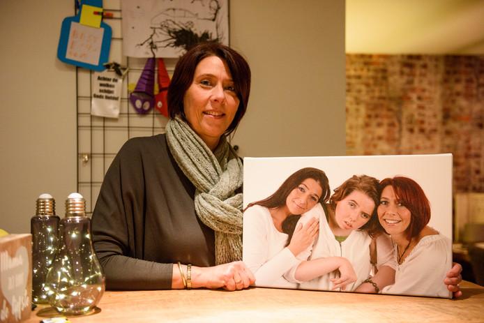 Ester van Raamsdonk met een foto waarop zij met Elise staat.
