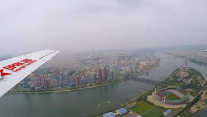 De kleurrijke stad van Pyongyang vanuit het vliegtuig gezien.