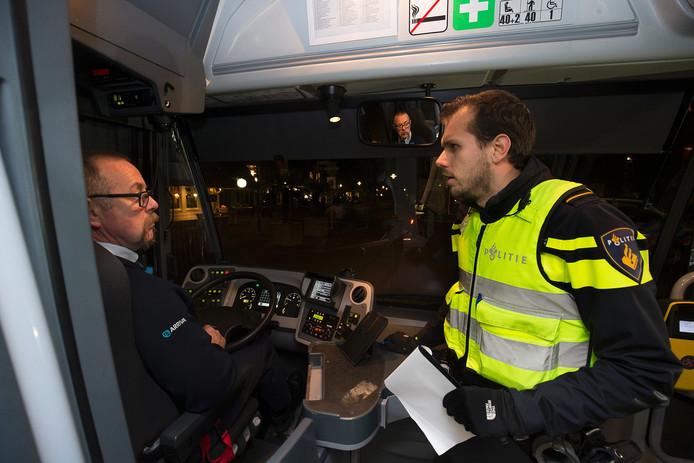Een agent vraagt een buschauffeur zaterdagavond of hij meer weet over het gewelddadige zedenmisdrijf van een week eerder in Zelhem.
