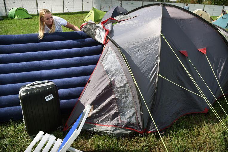 Studenten die nog geen kamer hebben zetten hun tent op op de campus van de Universiteit Wageningen. Beeld Marcel van den Bergh