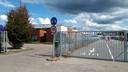 De gemeentewerf (links) ligt naast de milieustraat, die wel open blijft.