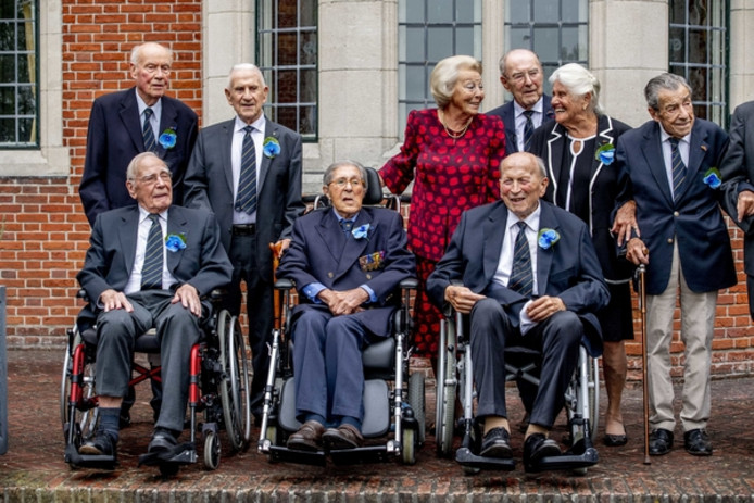 Enkele van de Engelandvaarders met prinses Beatrix bij hun allerlaatste reünie.