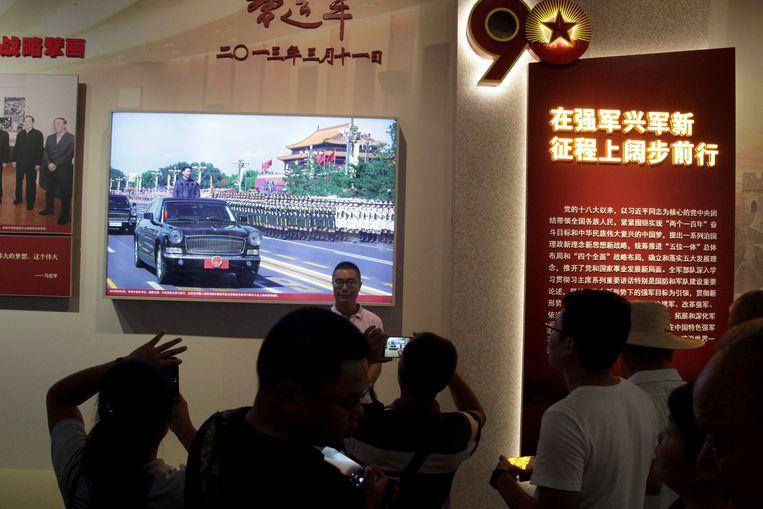 De Chinese president Xi Jinping presenteerde zich gekleed in gevechtstenue en staand in een jeep als een echte militair. Beeld AP