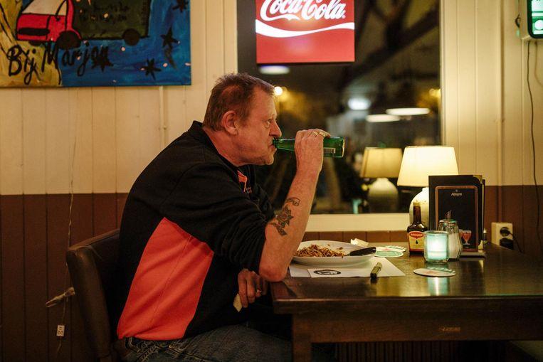 Chauffeur Ron Callenbach: 'Nog een flesje bier en dan duik ik mijn cabine in' Beeld Marc Driessen