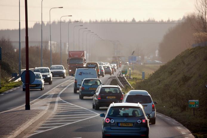 De verkeersdrukte neemt toe, daarom moet de rondweg van twee naar vier rijstroken.