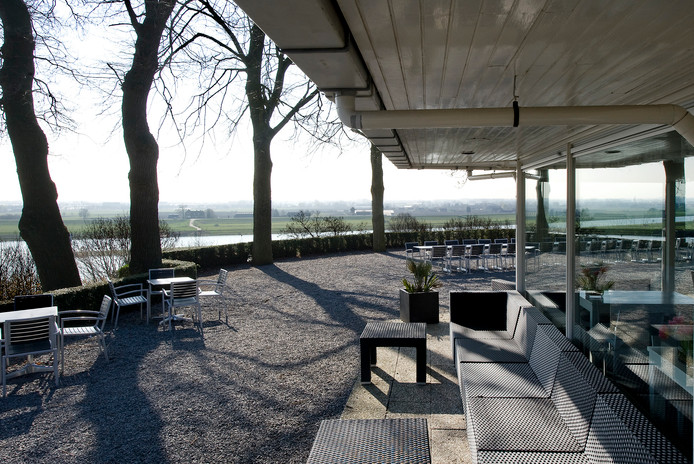 Het terras van de Westerbouwing in Oosterbeek met uitzicht op de Nederrijn.