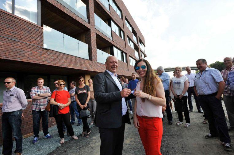 Burgemeester Hans Bonte overhandigt de sleutels aan de eerste bewoonster, Inne De Swaef.