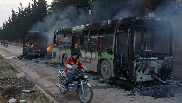 Twee uitgebrande evacuatiebussen nabij al-Foua en Kefraya. Beeld REUTERS