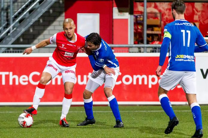 Anthony van den Hurk (links) namens MVV in actie tegen FC Den Bosch.