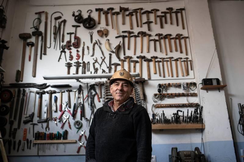 Oud-mijnwerker Manuel Cirujeda in zijn werkplaats in Alcorisa.