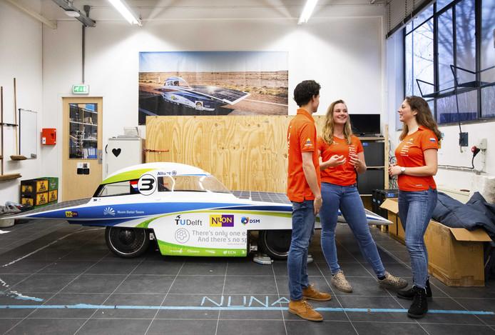 2019-01-22 16:45:04 DELFT - Enkele studenten van het Delftse Vattenfall Solar Team. Ze gaan in Zwolle drie maanden bouwen aan de NunaX.