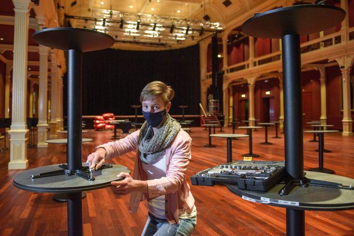 Horecamedewerkster Loes Derks is één van de medewerkers die de laatste weken vooral aan het klussen is geslagen. Ze maakt, schuurt en schildert onder meer alle tafels bij Theater Hanzehof.