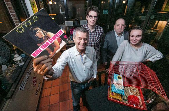 Voor zijn 50 jaar op de planken hebben enkele vrienden van Ignace Baert zijn hit uit de jaren 70 voorzien van een nieuwe videoclip. Op de foto: Ignace Baert, Simon Huysentruyt, Dirk Huysentruyt en Ruth Nolf.