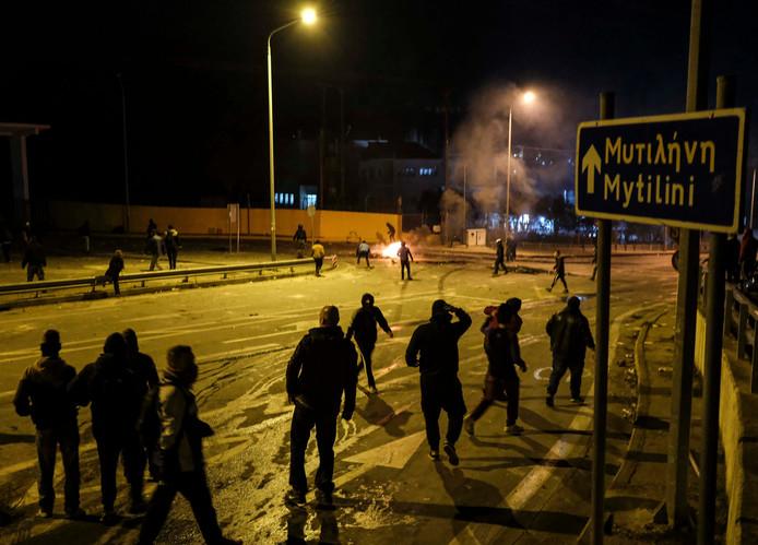 Nachtelijke clash tussen de politie van Lesbos en tegenstanders van het vluchtelingenbeleid.