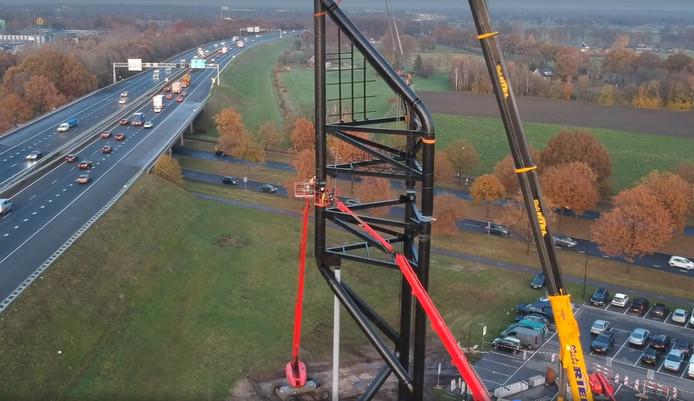 De mast heeft zijn karakteristieke vorm gekregen. Nu moeten er nog led-schermen aan bevestigd worden.