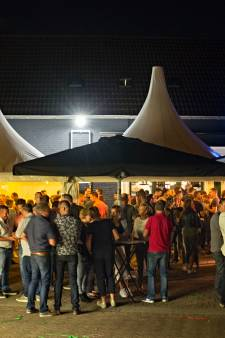 Elf stamgasten houden café Ommel open: 'Een dorp zonder kroeg is geen dorp meer'