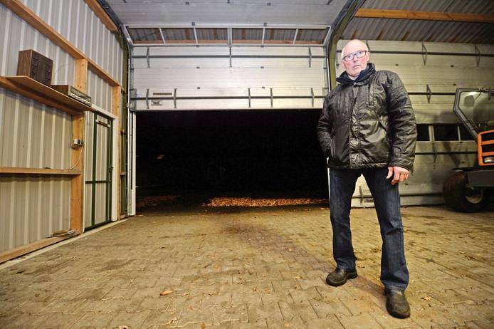 Een ontgoochelde Eric Weegerink in een lege garage.