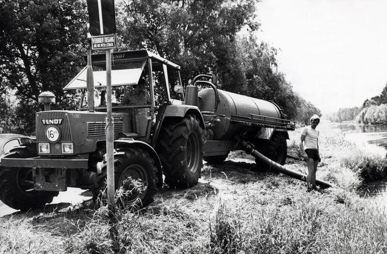 Droogte, watervoorzieningsproblemen. De tropische warmte blijft aan. Boeren halen water uit de Barnevelds Beek om het land te besproeien, Barneveld, Nederland 5 juli 1976.  Beeld Hollandse Hoogte / Spaarnestad Photo