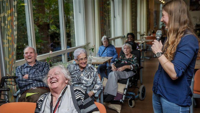 Het college van studente Kay de Wit. Vooraan Ria Zegger, links Henk Groos. 'Deze uitdaging is goed voor het brein van ouderen.' Beeld Jean-Pierre Jans