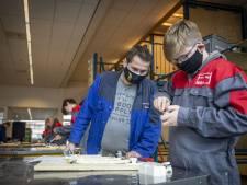 Meubelmaker Benno en elektriciën Giacomo geven hun vakkennis nu door op het vmbo in Oldenzaal