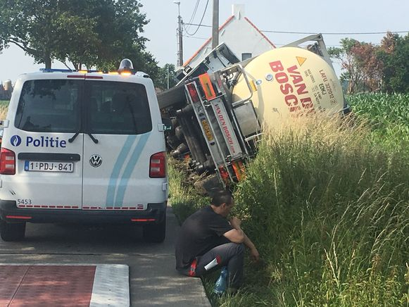 De Poolse trucker wachtte langs de kant van de weg beteuterd op de takelwagen.