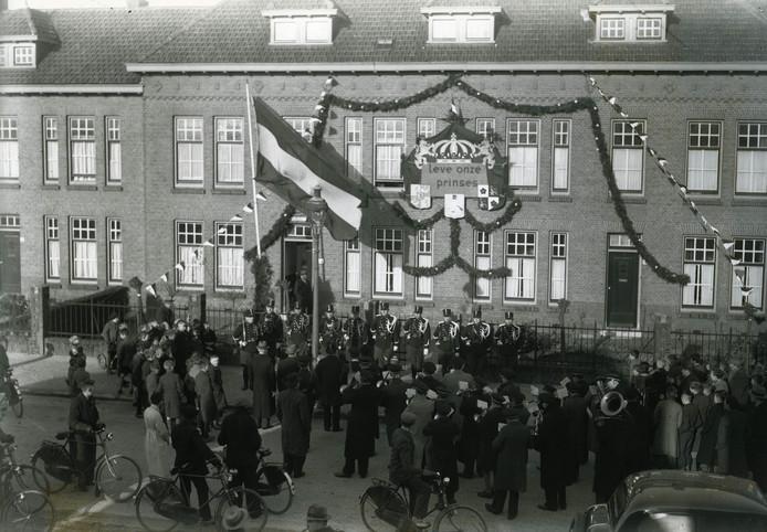 Muzikale hulde van muziekvereniging Excelsior bij de Marechausseekazerne in Oss na de geboorte van prinses Beatrix. Foto: Leo van den Bergh