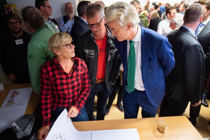Geert Wilders bezoekt informatiemarkt AZC in Gilze.