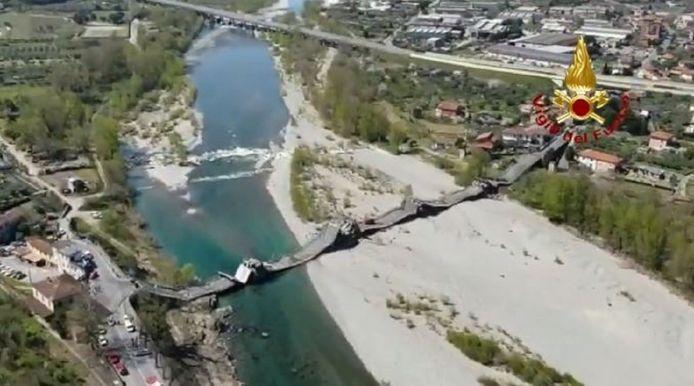 De ingestorte brug over de Magra-rivier bij Aulla.