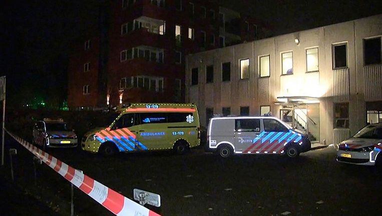 Een ambulance en politiebus bij de juwelenhandel in Amstelveen na afloop van de overval Beeld Politie