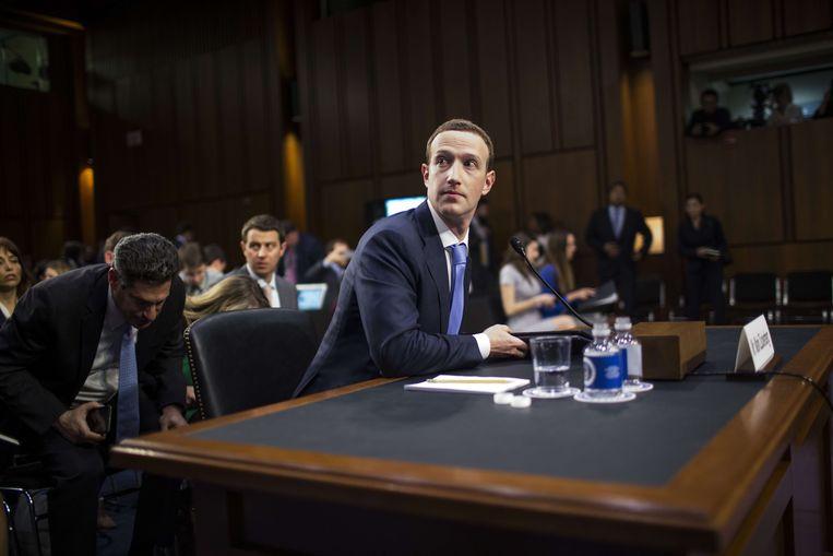 Mark Zuckerberg, de oprichter van Facebook geeft tekst en uitleg over zijn sociale netwerk aan de Senaat. Beeld Foto Zach Gibson / AFP