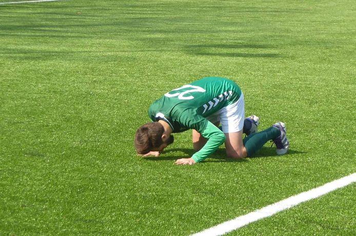 Diego van der Weide kuste het kunstgras nadat hij HSC'21 al vroeg op voorsprong had gezet.