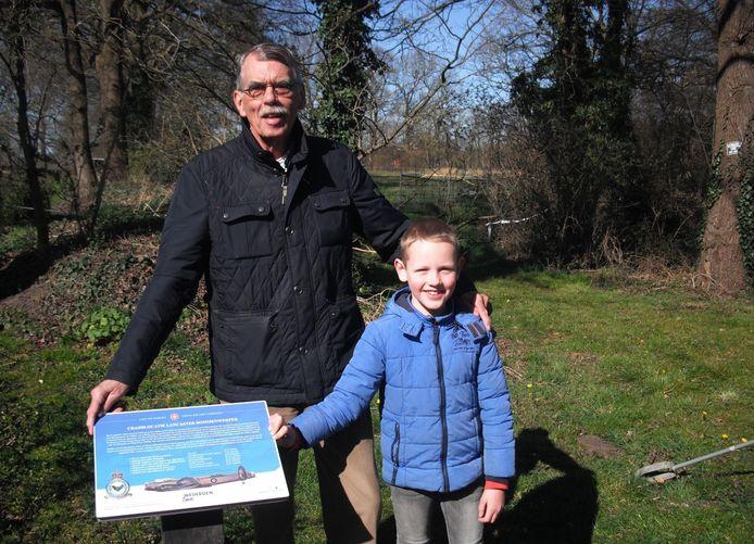 Kleinzoon Thijs hielp initiatiefnemer Kees Kroon zaterdag bij het plaatsen van de gedenkborden in Wierden.