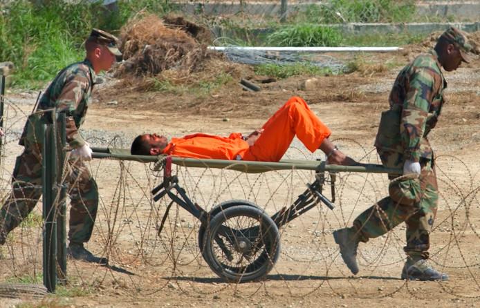 Le 2 février 2002. Un détenu afghan est transporté sur un brancard vers le centre de détention de Guantanamo pour être interrogé par des officiers.