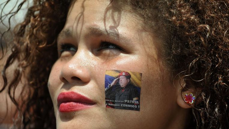 In inwoonster van Caracas herdenkt de overleden president Chavez. Beeld afp