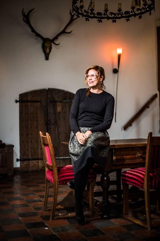 Maaike Kool in haar nieuwe werkomgeving, Kasteel Doornenburg.