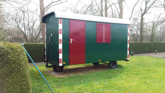 Deze pipowagen aan de Markveldweg in Uddel moet na tien jaar weg.