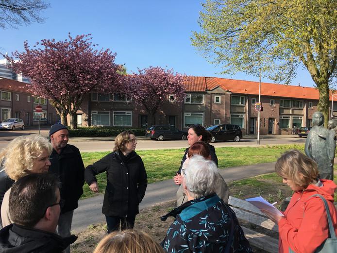 Tilburgse raadsleden nemen een kijkje op het Rooseveltplein.