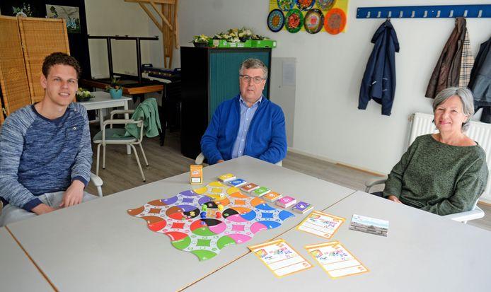 Leraar Gert den Otter en Zelfregieteammedewerkers Ben van der Weide en Marie-Jose Eenkhoorn (vlnr) presenteren het nieuwe bordspel Is dat RAAR?
